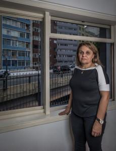 SAO PAULO, SP, BRASIL, 16-11-2017: A analista de RH Paula Guerra (56), que comprou um apartamento ao lado do Minhocao em 1997, atraida pelo preco e tamanho do imovel, e se arrependeu por causa do excesso de barulho e sujeira. (Foto: Bruno Santos/ Folhapress) *** FSP-IMOVEIS *** EXCLUSIVO FOLHA***
